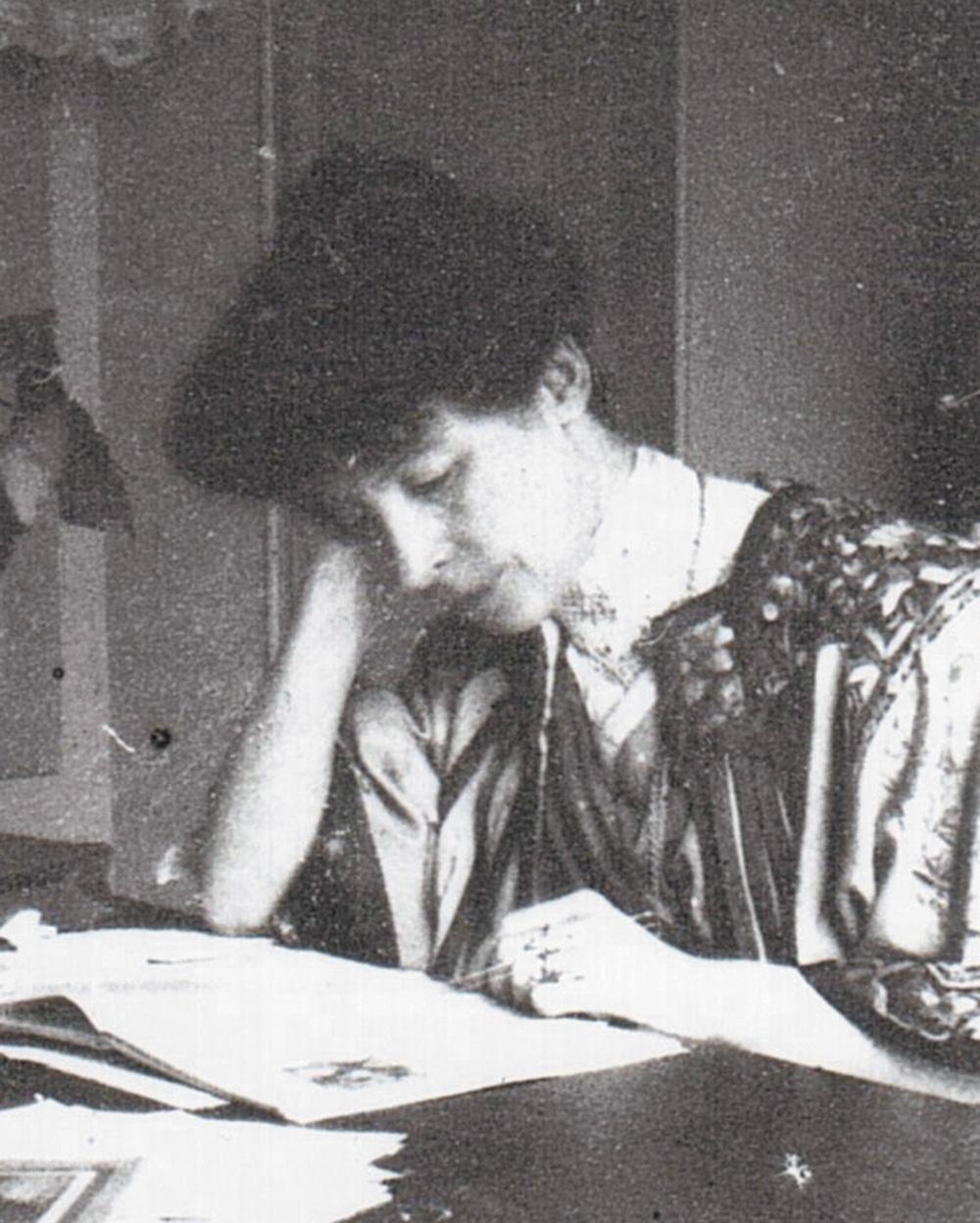 Détail de: Marcelle Tinayre chez elle à Paris, années 1890, cliché anonyme, collection particulière